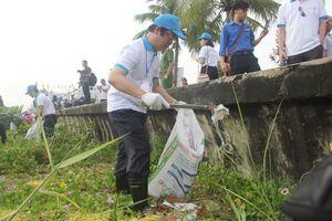Thứ trưởng Bộ TN&MT cùng hàng trăm bạn trẻ dọn rác bờ biển