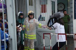 CSGT tặng áo mưa cho sĩ tử rời trường thi trong mưa chiều Sài Gòn
