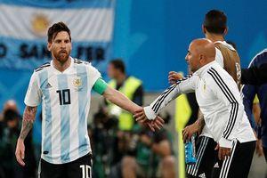 HLV Sampaoli phải 'xin phép' Messi để đưa Aguero vào sân