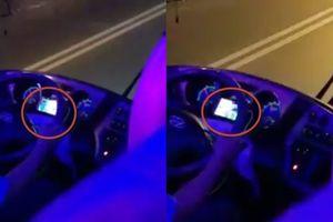 Clip tài xế Thành Bưởi vừa lái xe chở khách vừa xem World Cup 2018 lúc nửa đêm