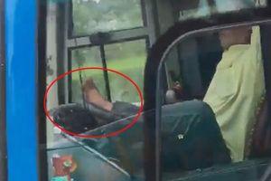 Tài xế điều khiển xe khách bằng chân trên cao tốc là ai?