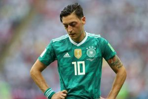 CĐV tuyển Đức tính 'ăn thua đủ' với Mesut Oezil