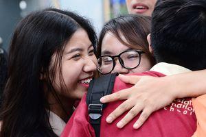 Những hình ảnh xúc động ngoài cổng trường thi THPT quốc gia 2018