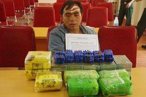 Bắt thầy giáo mang súng vận chuyển ma túy 'khủng'