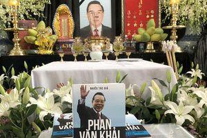 Dâng sách tưởng niệm 100 ngày mất cố Thủ tướng Phan Văn Khải
