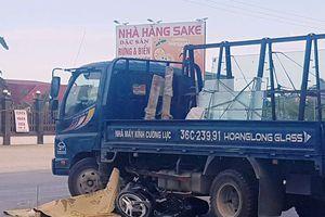 Thanh Hóa: Xe máy tông vào xe tải, 2 người thương vong