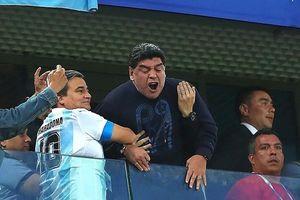 Diễn trò lố, huyền thoại Maradona bị FIFA 'tuýt còi'