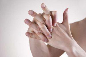 Tác hại đáng sợ của thói quen bẻ khớp ngón tay
