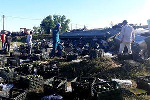 Xe container bị lật, người dân đổ ra đường thu gom 20 tấn hoa quả giúp tài xế