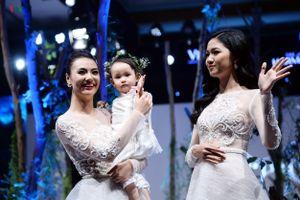 Hồng Quế ghen tỵ với con gái Cherry khi bước trên sàn catwalk