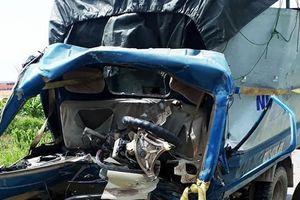 Tài xế ôtô tải tử vong sau cú đâm với xe container