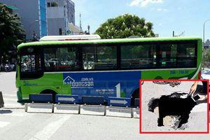 Xe buýt bất ngờ 'lọt' hố sâu 3 mét trên phố Hà Nội