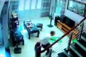 Vụ xông vào nhà chém 3 người ở Sóc Sơn: Cha gạt nước mắt bên hành lang bệnh viện