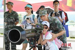 Dân Hong Kong thích thú dàn vũ khí 'khủng' Quân đội Trung Quốc