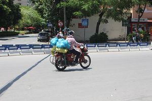 Nắng nóng trên 40 độ ở Hà Nội: Tắm chục lần, người nhịn ăn vì không chịu nổi