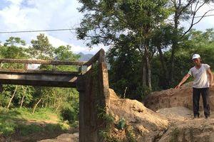 Hai cây cầu hư hỏng ở 1 thôn, dân điêu đứng không có lối đi
