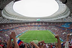 Nga thắng đậm trong và ngoài sân cỏ!