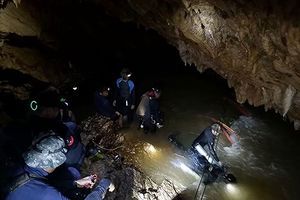 Một thợ lặn thiệt mạng khi giải cứu đội bóng mắc kẹt trong hang