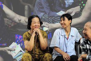 Gia Đình Mới trực tiếp trao tiền và quà tặng tới 121 bệnh nhân 'xóm chạy thận'