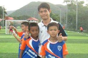 Tuổi thơ bất hạnh của huấn luyện viên đội bóng Thái Lan mất tích
