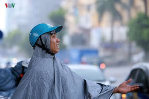 Dân Hà Nội đón cơn mưa chóng vánh sau cả tuần nắng nóng gay gắt