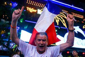 CĐV hò hét, phất cờ mừng tuyển Pháp chiến thắng ở phố Tây Sài Gòn