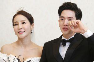 Ca sĩ Hàn Quốc bật khóc trong ngày kết hôn với vợ hơn 17 tuổi