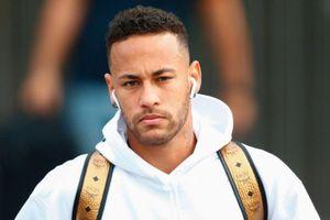 Neymar cùng đồng đội ra sân bay về nước với vẻ mặt chán chường