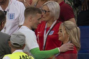Tuyển thủ Anh mừng chiến thắng trong vòng tay người thương và gia đình