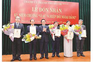 Trao Kỷ niệm chương 'Vì sự nghiệp đối ngoại Đảng' cho lãnh đạo TPHCM