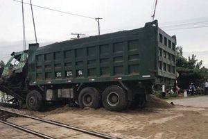 Xe tải chết máy ngay trên đường sắt khi đoàn tàu lao đến