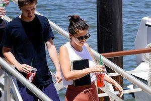 Selena Gomez hẹn hò với trai lạ giữa 'tâm bão' đính hôn của tình cũ