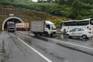 Ôtô tải tông taxi, 3 người bị thương ở hầm đèo Phước Tượng