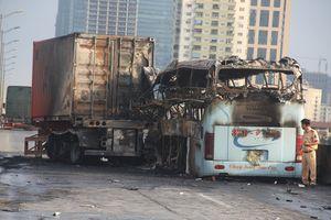 Xe khách bốc cháy dữ dội sau tai nạn, 1 người chết, 2 người trọng thương