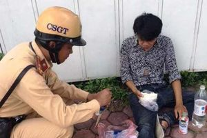 Người đàn ông nằm bất tỉnh trên đường được CSGT kịp thời giúp đỡ