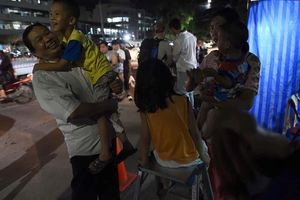 Toàn thế giới vỡ òa khi đội bóng Thái Lan và huấn luyện viên thoát khỏi hang