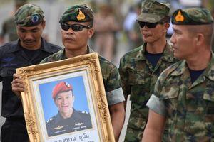 Khoảng lặng khi nhớ về cựu đặc nhiệm SEAL hy sinh: 'Anh đang ở trên thiên đường, anh thấy không, bọn trẻ an toàn rồi'