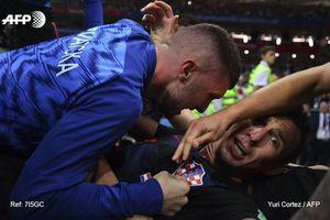 Mandzukic hốt hoảng khi phát hiện đè lên một phóng viên khi ăn mừng