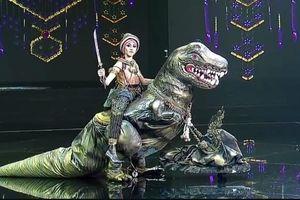 Thí sinh Hoa hậu Hòa bình Thái Lan cưỡi khủng long lên sân khấu
