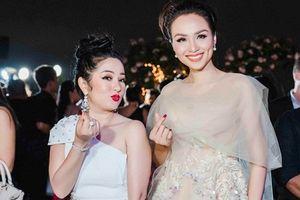 Danh hài Thúy Nga tạo dáng nhí nhảnh, đọ sắc Hoa hậu Diễm Hương