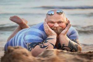Đau bụng cười với ông bố bụng bia tạo dáng 'thần thái' trên bãi biển