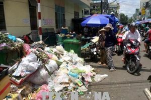 Người dân Quảng Ngãi phải sống chung với 1.500 tấn rác ùn ứ trong 6 ngày