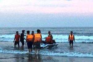 Thanh Hóa: 4 du khách bị sóng đánh trôi khi tắm biển
