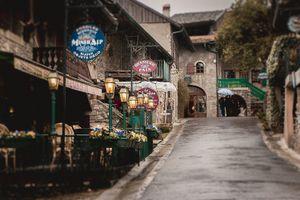 Ngất ngây lạc vào ngôi làng đá cổ đầy hoa ở Pháp
