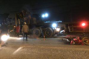 Ngã xuống đường sau va chạm xe, một người bị ôtô đầu kéo tông chết
