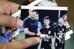 Nước lũ dâng, đội bóng Thái Lan cào bùn bằng tay để duy trì sự sống