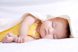 Cha mẹ có nên cắt lông mi cho trẻ sơ sinh theo ý kiến bác sĩ Nhi