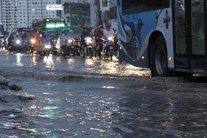 Phố Hà Nội thành sông sau mưa lớn kéo dài