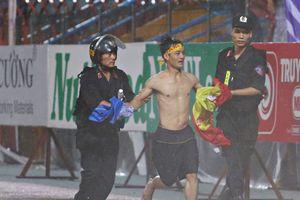 Cảnh sát bắt CĐV lao vào sân ăn mừng Nam Định suýt thắng Hà Nội