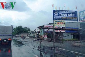 Hàng loạt trụ điện trên quốc lộ 51 bị đổ ngã do giông gió mạnh